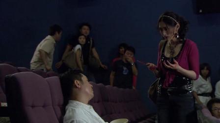 铁血雄心:美女陪男友看电影,竟当场一刀捅死男友,下手好狠啊