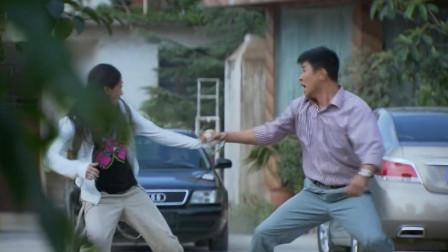 铁血雄心:警察刚带美女出来,就遭歹徒开车袭