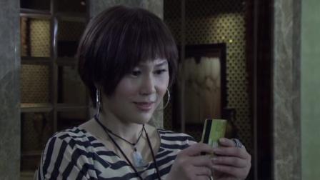 美容院老板娘看不起美女,不料她甩出一张金卡