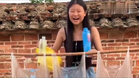 如果在你洗头时被这样恶搞,你会不会生气呢?