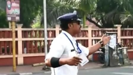 比广场舞还要好看,幽默印度交警能让你笑的淌