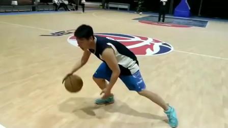 没人防得住这一招,胯下运球变向空中换手上篮