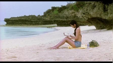 两个美女在海边玩耍,却聊起了另一个男人!
