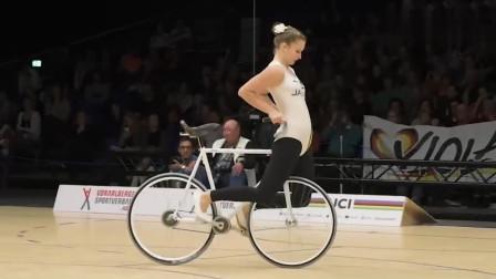 外国美女把自行车骑得出神入化,真正做到人车