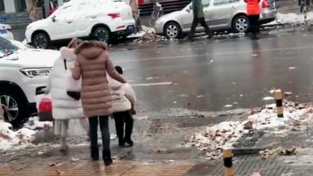看到小哥的路过方式,吓的带孩子的两位美女决