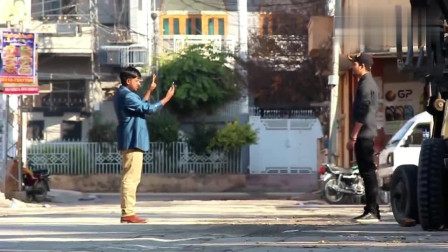 印度街头恶搞:突然的街头枪战,吓得路人落荒
