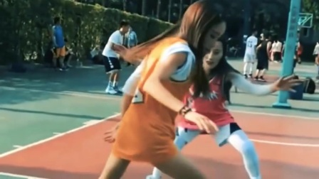 两姐妹单挑篮球,姐姐的技术非常好,晃妹妹根