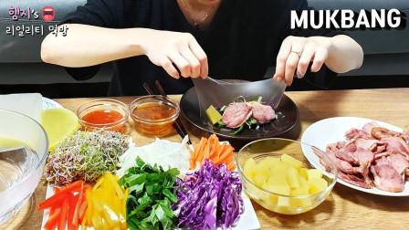 """韩国美女吃不一样的""""北京烤鸭"""",透明的薄饼"""