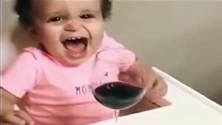 家庭幽默录像:小孩吃东西有品位,非要喝红酒