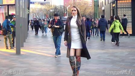 三里屯街拍:穿大衣配过膝长靴的外国模特,这