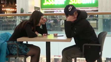 恶搞视频:假装在美女面前放屁,看看美女们的