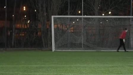 业余大神们的射门集锦,根本摸不清足球行进的线路,各种飘忽不定的操作!