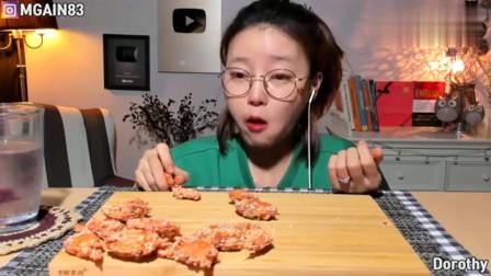 看韩国大胃王美女吃炸螃蟹,酥脆可口,一口一