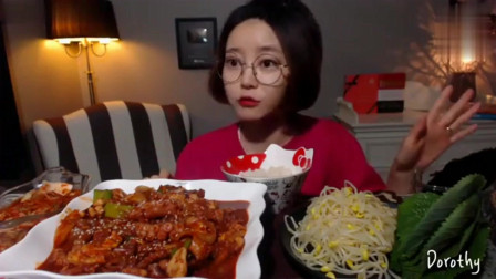 韩国大胃美女吃辣炒章鱼,一个人吃的香喷喷,