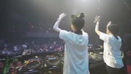 和上海朋友到本地的酒吧里玩耍,台上站着两个美女DJ,网友:丸子头!