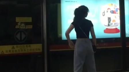 深圳美女右看看左看看,没有人,可以放飞了!
