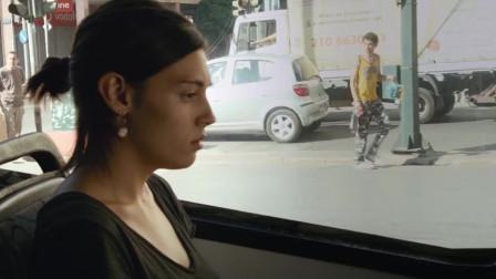 美女夜晚一个人走在路上,被两男子绑架,帅哥