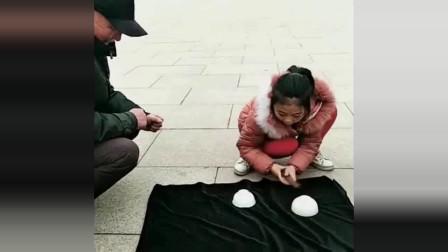 四川街拍:小姑娘又来表演魔术了,看她表演的