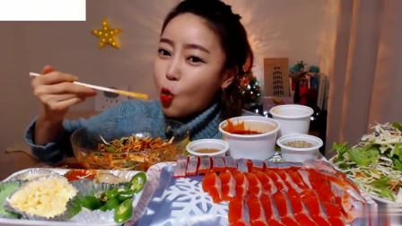 吃播:韩国美女吃货试吃鳟鱼刺身,配上蒜末芥末和姜片,吃得贼香