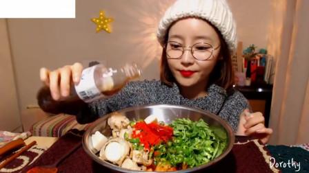 吃播:韩国美女吃货试吃扇贝海螺,配上青椒拌饭,吃得特别过瘾!