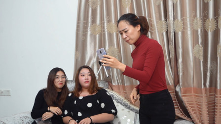 闽南语搞笑视频:姐妹花在家直播,老母亲怒骂粉丝
