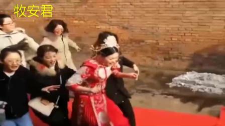 搞笑的农村婚礼,新娘在伴娘的护送下一路小跑
