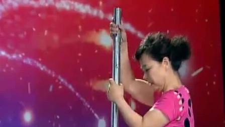 中国达人秀:66岁大妈跳钢管舞,杨威不服立马上