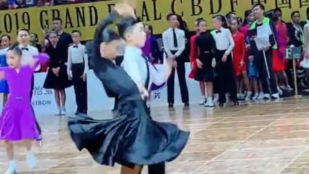 墨茉组合的摸脸杀来了,这也太宠溺了吧,没想到拉丁舞还能这样跳!