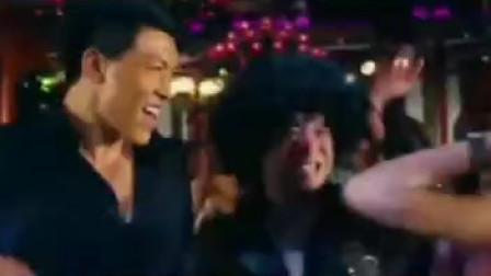 &三&黄渤跟美女在一起热舞,两个人美好时光。