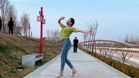 美女在河边跳舞一大爷很淡定路过偷瞄那一眼啥