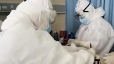 医护人员给患者打针,告诉他不用怕疼实在不行