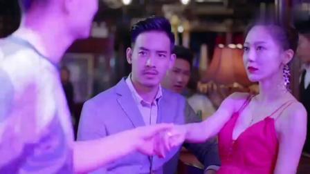 美女为寻乐子去酒吧玩,总裁男友看到立刻吃醋