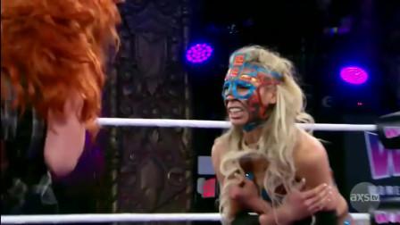 女子摔角:藏在擂台下钻出来偷袭,毫无体育精神