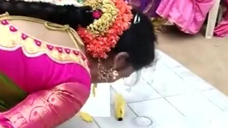 印度街头无意间拍到,看印度美女吃香蕉的方式