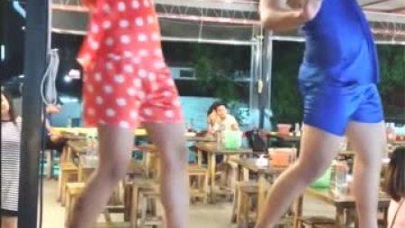泰国餐厅招揽游客的方式,表演的这是钢管舞吗