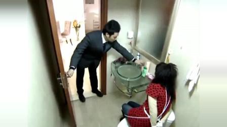 美女被罪犯绑在卫生间,怎料她机智用毛巾堵住