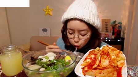 吃播韩国美女吃货试吃年糕饺子汤,配上妈妈做