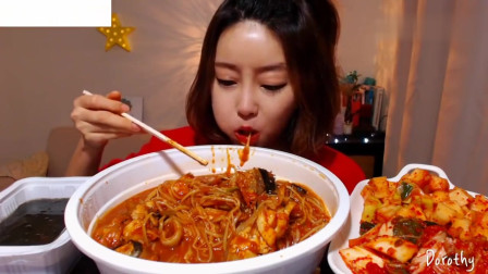 吃播:韩国美女吃货试吃香辣鮟鱇鱼,蘸上秘制