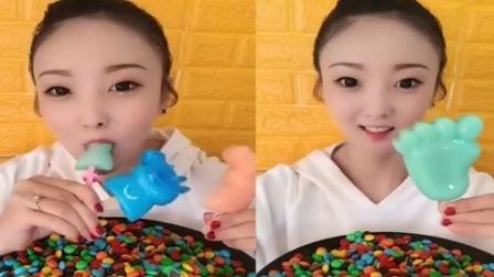 小美女试吃:佩奇果冻,一吃一大口,嘴里都塞