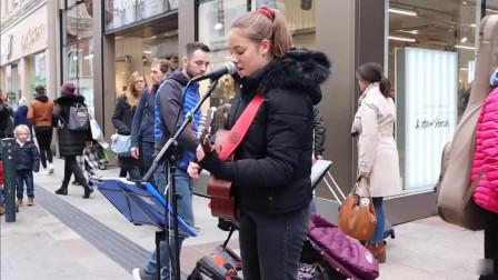 解压整蛊恶搞:国外小姐姐街头唱歌,无数路人