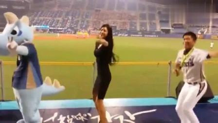 据说她是韩国最出名的啦啦队美女, 观众专门去看她跳舞