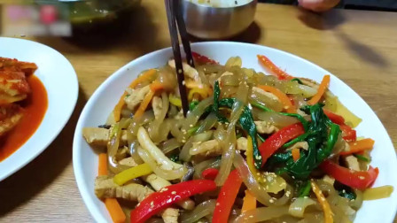 意大利美女吃播:在韩国过生日的时候要吃海带汤,这是为什么呢?