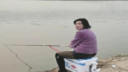 美女背着老公出来钓鱼,没想到被老公抓个现行