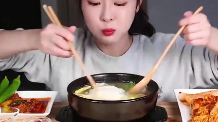 韩国美女自制牛肉汤,配上米饭和面条,这表情那么享受是啥意思