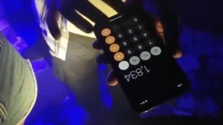 南京街头酒吧里的小伙子用手机计算器撩美女,