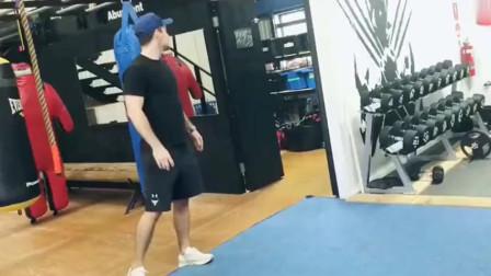 不要让你的女朋友练习格斗术,不然你不是对手!