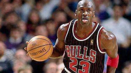 有人问年过半百的乔丹还能不能扣篮,老爷子默默无语的拿起了篮球