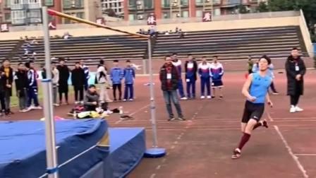 这位小伙不愧是练习体育的,跳高的记录没有人破,真是太厉害了!