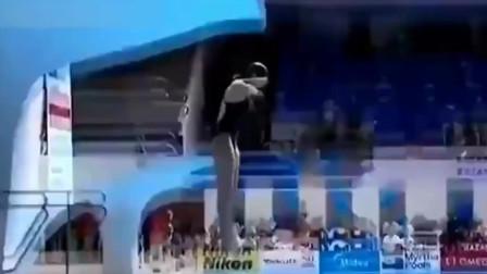 澳大利亚美女跳水比赛中的尴尬一跳,教练看呆