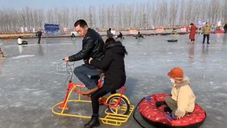 美女:不是说要带老娘滑冰吗?倒是用力蹬啊